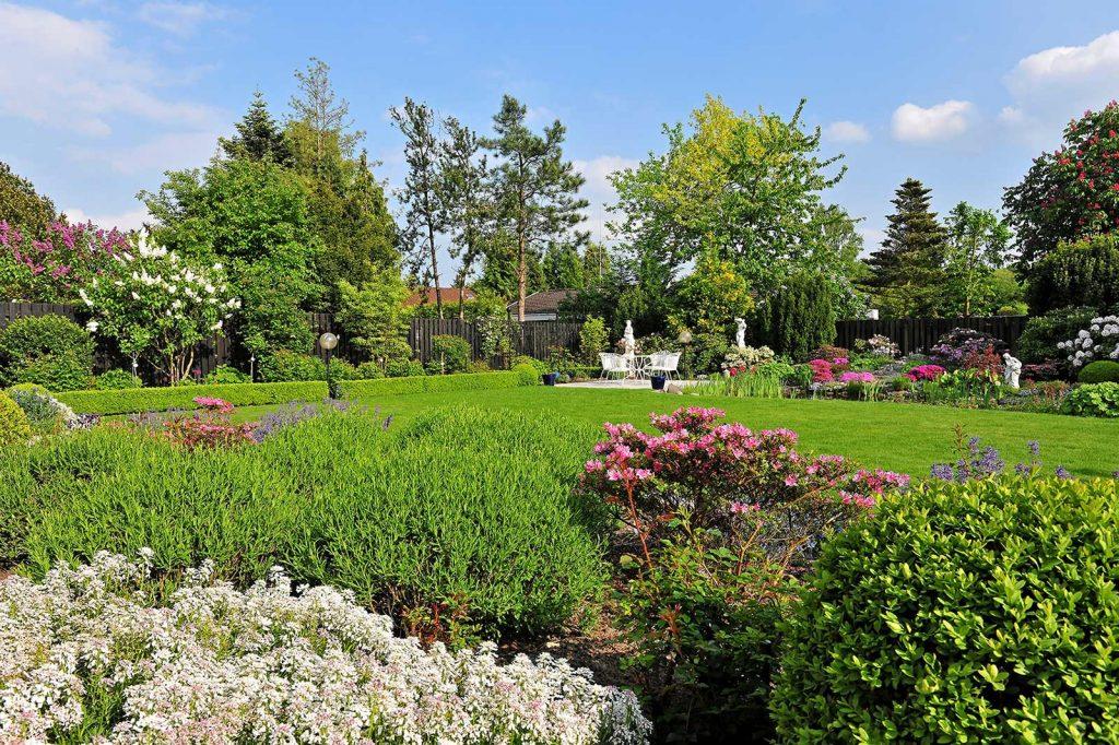 Gartengestaltung und Pflege schöner gepflegter Garten