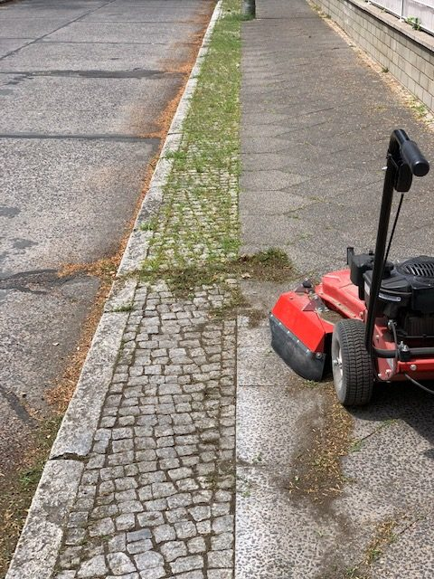 Unkrautentfernung mit einer Maschine Gehwegpflege Berlin